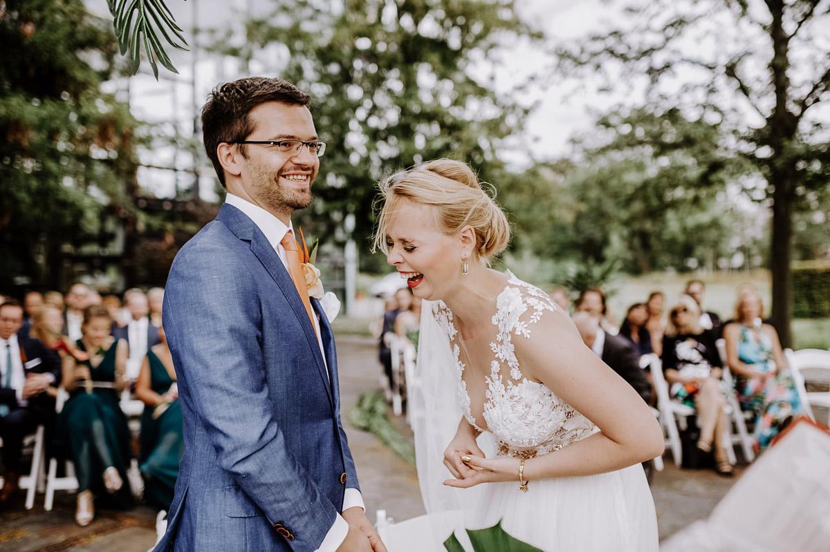 natürliche Hochzeitsfotos lachendes Brautpaar freie Trauung - Hochzeitsfotos tropische Hochzeit in der Biosphäre Potsdam von Hochzeitsfotograf Berlin © www.hochzeitslicht.de #hochzeitslicht