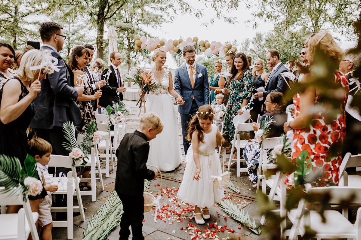 Tipp Auszug Brautpaar Trauung Blumenkinder - Hochzeitsfotos tropische Hochzeit in der Biosphäre Potsdam von Hochzeitsfotograf Berlin © www.hochzeitslicht.de #hochzeitslicht