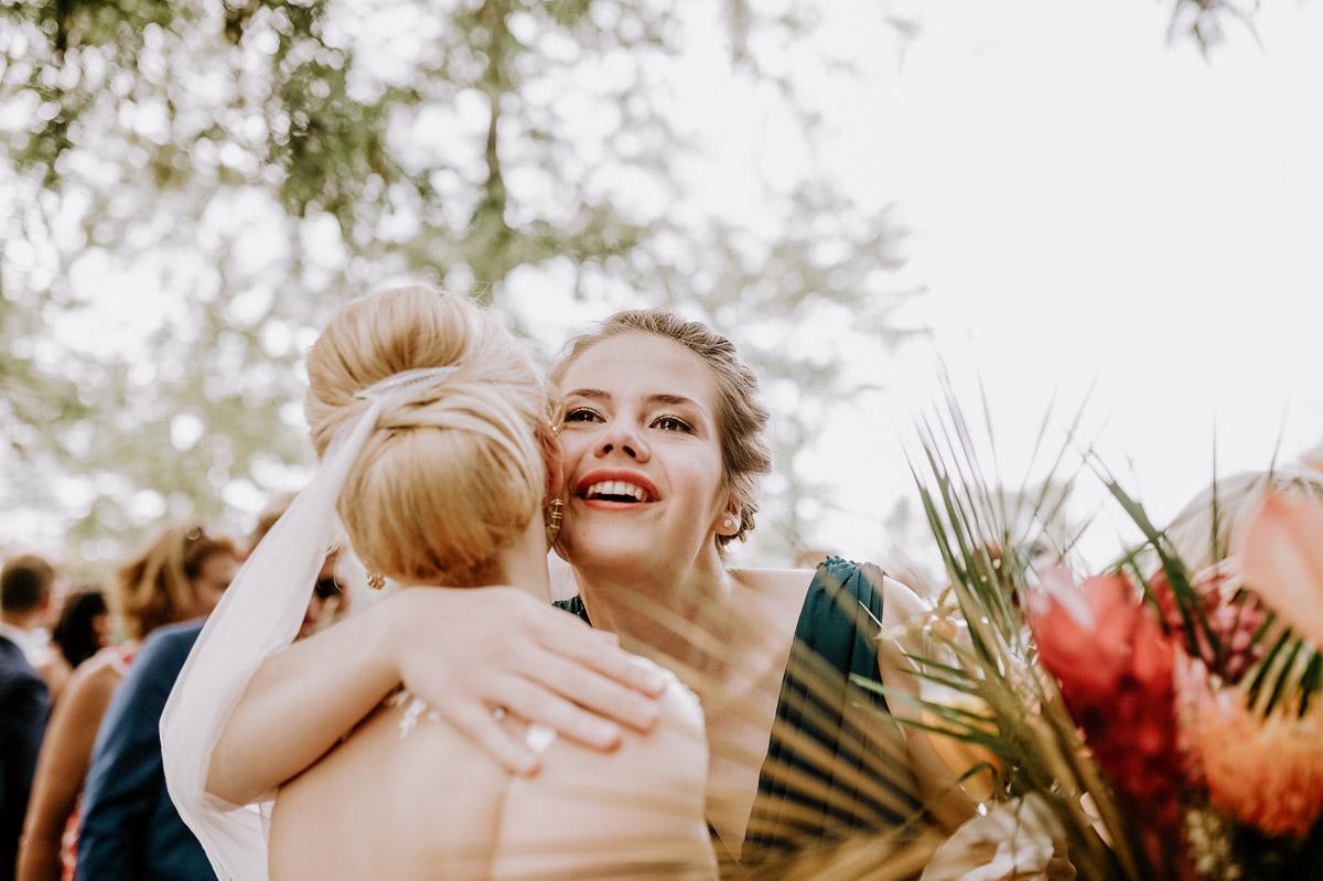 Hochzeitsfotos Gäste Gratulation freie Trauung - Hochzeitsfotos tropische Hochzeit in der Biosphäre Potsdam von Hochzeitsfotograf Berlin © www.hochzeitslicht.de #hochzeitslicht