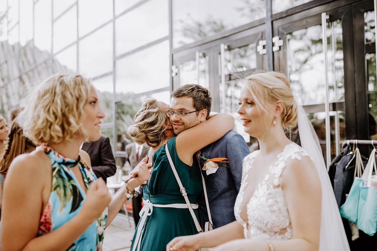 authentische Hochzeitsbilder Brautpaar mit Gästen - Hochzeitsfotos tropische Hochzeit in der Biosphäre Potsdam von Hochzeitsfotograf Berlin © www.hochzeitslicht.de #hochzeitslicht