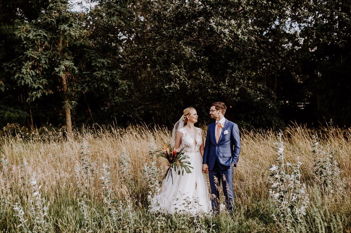 Hochzeitspaar Fotos in der Natur - Hochzeitsfotos tropische Hochzeit in der Biosphäre Potsdam von Hochzeitsfotograf Berlin © www.hochzeitslicht.de #hochzeitslicht