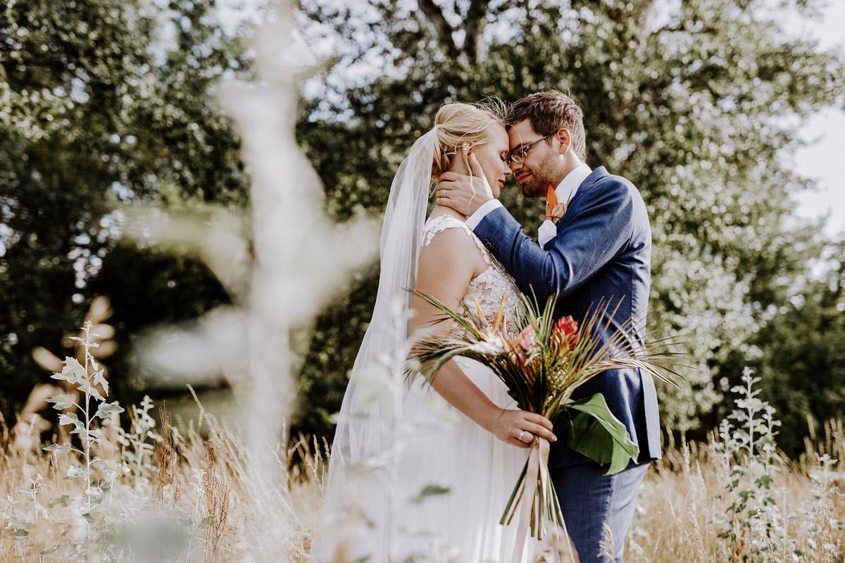 Idee Posing Brautpaarfoto natürlich romantisch klassisch - Hochzeitsfotos tropische Hochzeit in der Biosphäre Potsdam von Hochzeitsfotograf Berlin © www.hochzeitslicht.de #hochzeitslicht