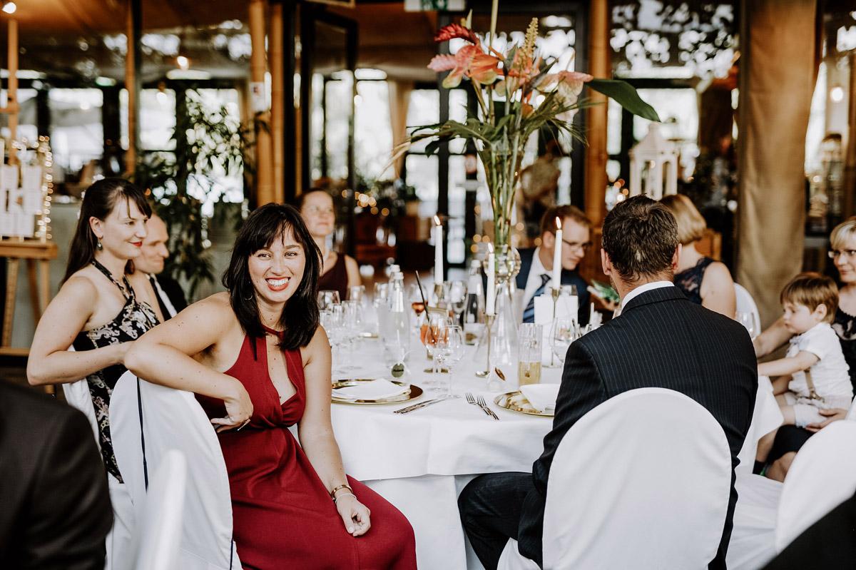 Hochzeitsfotos Gäste Hochzeitsfeier - Hochzeitsfotos tropische Hochzeit in der Biosphäre Potsdam von Hochzeitsfotograf Berlin © www.hochzeitslicht.de #hochzeitslicht