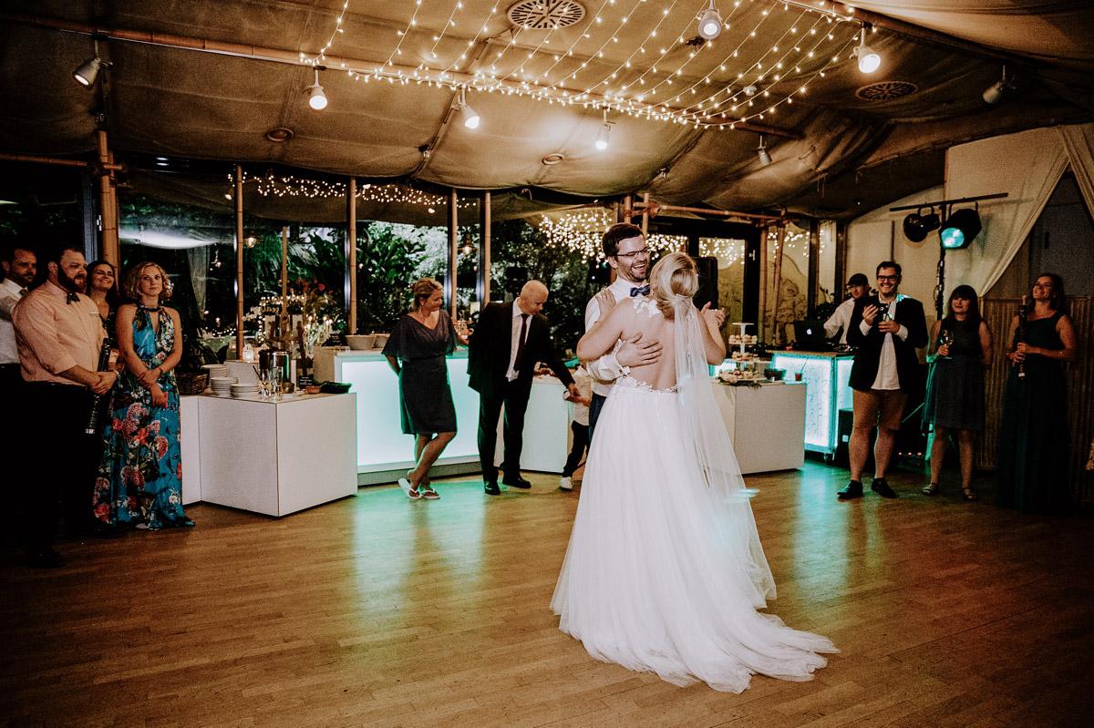 Hochzeitsreportagefoto Hochzeitstanz Brautpaar - Hochzeitsfotos tropische Hochzeit in der Biosphäre Potsdam von Hochzeitsfotograf Berlin © www.hochzeitslicht.de #hochzeitslicht