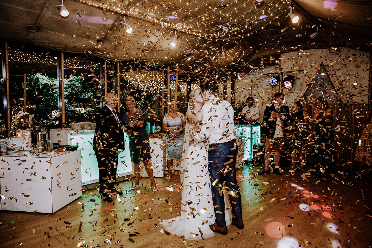 Hochzeitsbild Eröffnungstanz Brautpaar Konfetti - Hochzeitsfotos tropische Hochzeit in der Biosphäre Potsdam von Hochzeitsfotograf Berlin © www.hochzeitslicht.de #hochzeitslicht