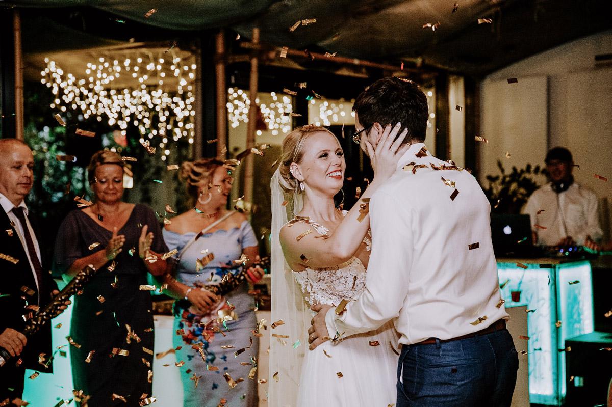 natürliche Hochzeitsfotografie strahlendes Brautpaar - Hochzeitsfotos tropische Hochzeit in der Biosphäre Potsdam von Hochzeitsfotograf Berlin © www.hochzeitslicht.de #hochzeitslicht