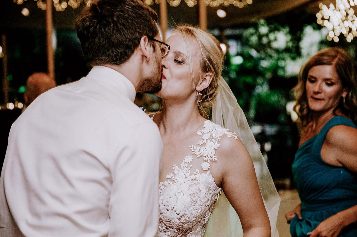 Hochzeitsfoto Kuss Hochzeitspaar - Hochzeitsfotos tropische Hochzeit in der Biosphäre Potsdam von Hochzeitsfotograf Berlin © www.hochzeitslicht.de #hochzeitslicht