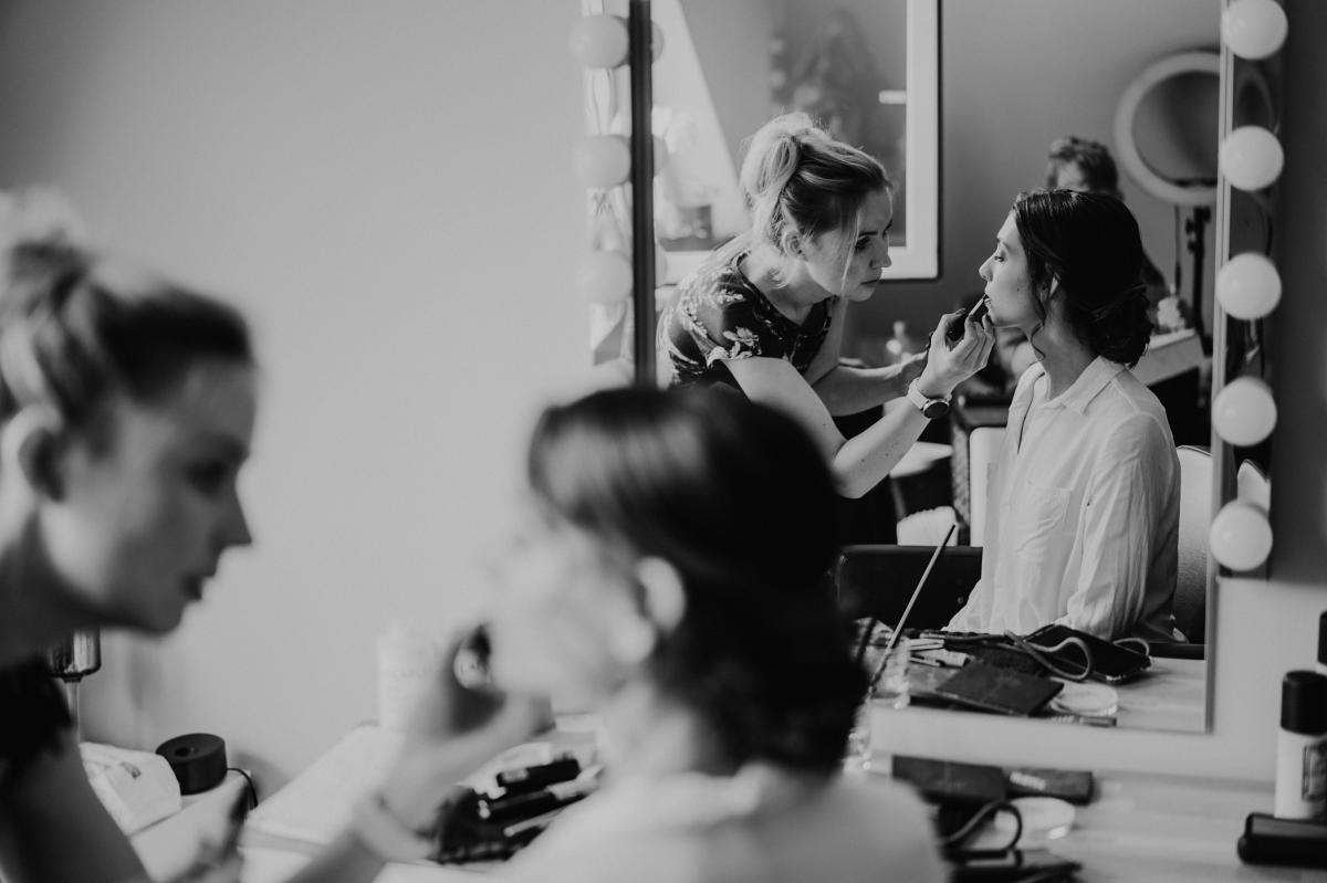 Hochzeitsfoto Schminken Braut - Scheunenhochzeit in Brandenburg - freie Trauung Kulturscheune Thyrow von Hochzeitsfotograf Berlin © www.hochzeitslicht.de #hochzeitslicht