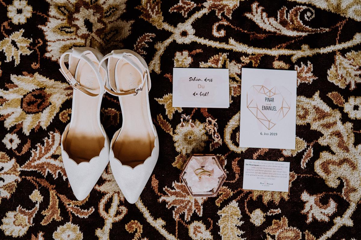 Hochzeitsfoto Accessoires Braut Papeterie Hochzeit - Scheunenhochzeit in Brandenburg - freie Trauung Kulturscheune Thyrow von Hochzeitsfotograf Berlin © www.hochzeitslicht.de #hochzeitslicht