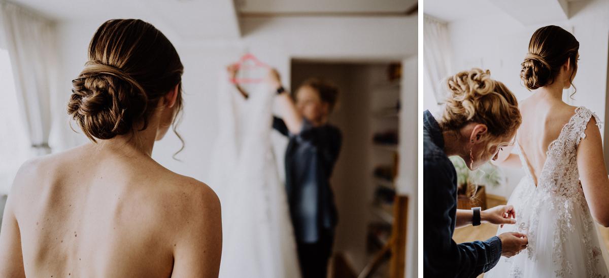 Bilder Hochzeit Anziehen Brautkleid - Scheunenhochzeit in Brandenburg - freie Trauung Kulturscheune Thyrow von Hochzeitsfotograf Berlin © www.hochzeitslicht.de #hochzeitslicht