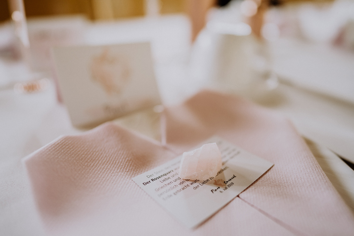 Idee Tischdekoration Hochzeit Rosenquarz - Scheunenhochzeit in Brandenburg - freie Trauung Kulturscheune Thyrow von Hochzeitsfotograf Berlin © www.hochzeitslicht.de #hochzeitslicht