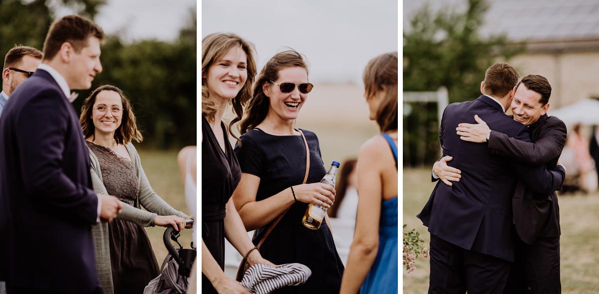 Hochzeitsfotos Ankunft Gäste Landhochzeit - Scheunenhochzeit in Brandenburg - freie Trauung Kulturscheune Thyrow von Hochzeitsfotograf Berlin © www.hochzeitslicht.de #hochzeitslicht