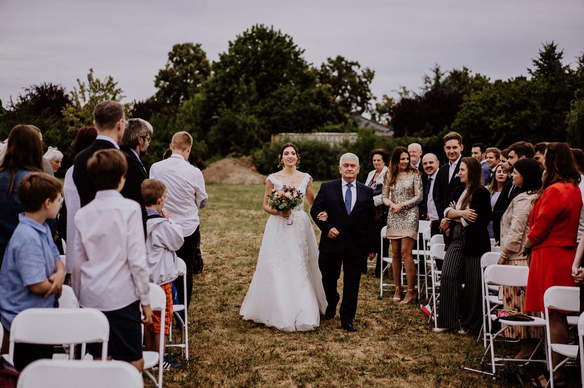 Hochzeitsfotografie Einzug Braut freie Trauung - Scheunenhochzeit in Brandenburg - freie Trauung Kulturscheune Thyrow von Hochzeitsfotograf Berlin © www.hochzeitslicht.de #hochzeitslicht
