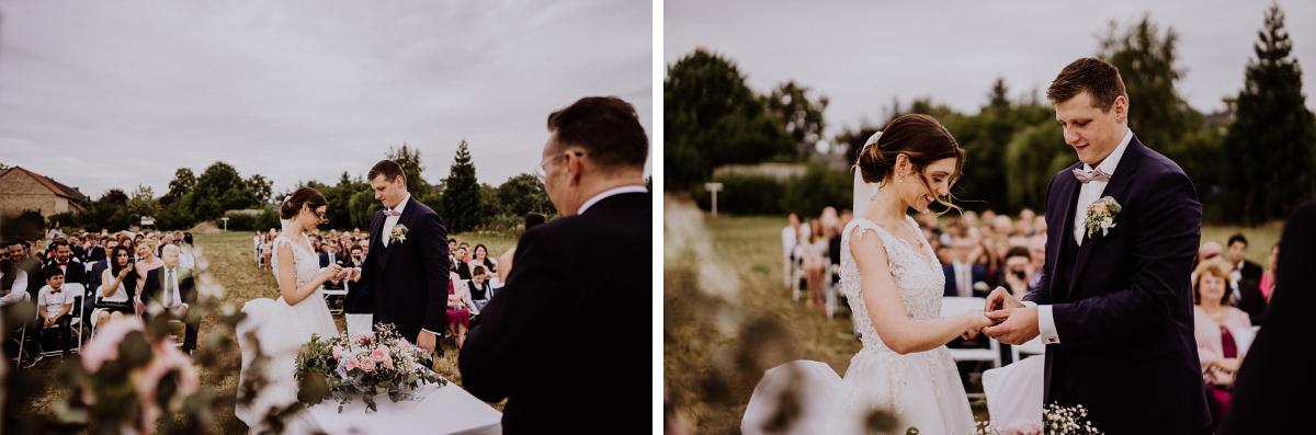 Hochzeitsfotos Ringtausch - Scheunenhochzeit in Brandenburg - freie Trauung Kulturscheune Thyrow von Hochzeitsfotograf Berlin © www.hochzeitslicht.de #hochzeitslicht