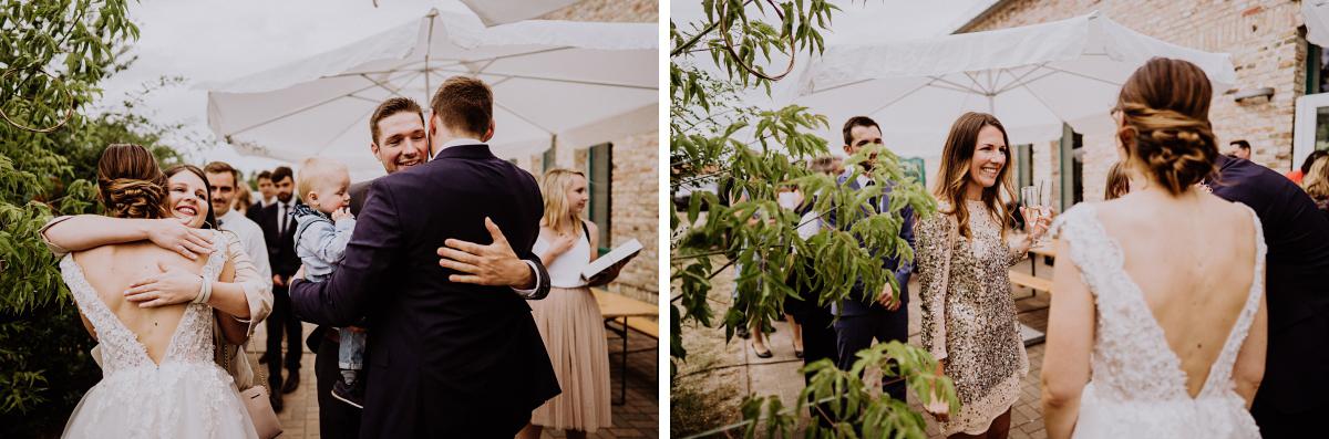 Hochzeitsfotos Sektempfang - Scheunenhochzeit in Brandenburg - freie Trauung Kulturscheune Thyrow von Hochzeitsfotograf Berlin © www.hochzeitslicht.de #hochzeitslicht