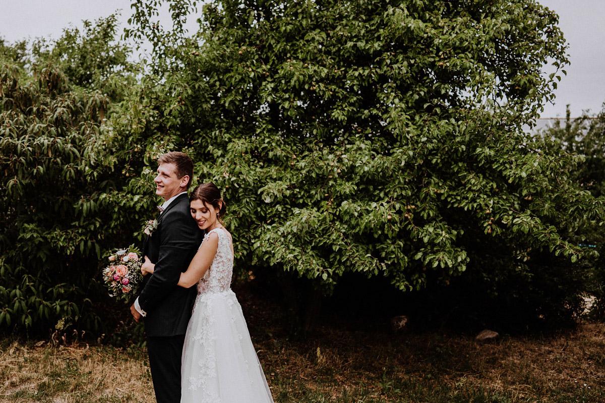 romantisches Brautpaarfoto Natur - Scheunenhochzeit in Brandenburg - freie Trauung Kulturscheune Thyrow von Hochzeitsfotograf Berlin © www.hochzeitslicht.de #hochzeitslicht