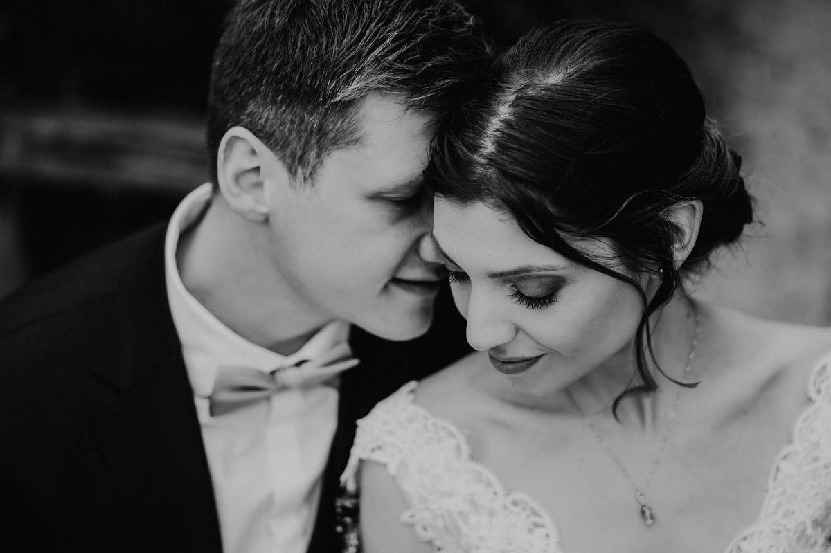 intimes Hochzeitsfoto Brautpaar - Scheunenhochzeit in Brandenburg - freie Trauung Kulturscheune Thyrow von Hochzeitsfotograf Berlin © www.hochzeitslicht.de #hochzeitslicht