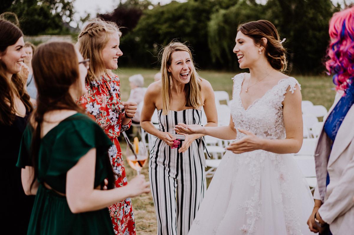 Hochzeitsfoto Braut mit Gästen - Scheunenhochzeit in Brandenburg - freie Trauung Kulturscheune Thyrow von Hochzeitsfotograf Berlin © www.hochzeitslicht.de #hochzeitslicht