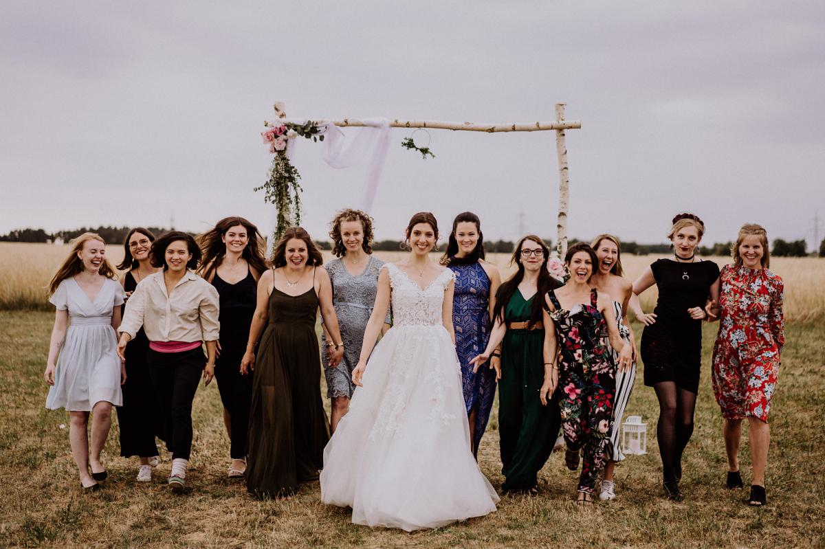 Hochzeitsfoto Braut mit weiblichen Gästen - Scheunenhochzeit in Brandenburg - freie Trauung Kulturscheune Thyrow von Hochzeitsfotograf Berlin © www.hochzeitslicht.de #hochzeitslicht
