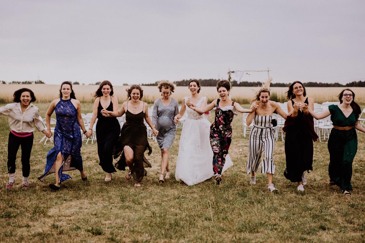 lustiges Hochzeitsfoto Braut mit Brautjungfern - Scheunenhochzeit in Brandenburg - freie Trauung Kulturscheune Thyrow von Hochzeitsfotograf Berlin © www.hochzeitslicht.de #hochzeitslicht