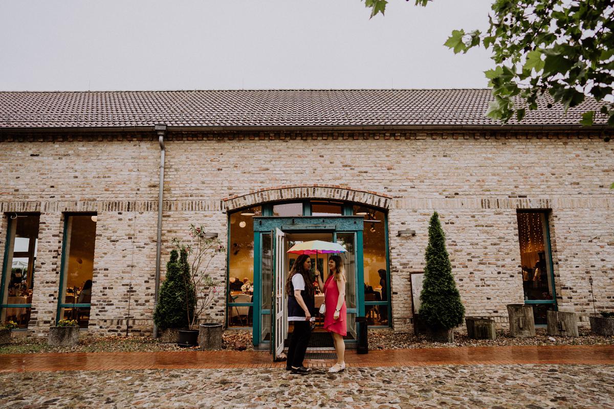 Regen bei Hochzeit - Scheunenhochzeit in Brandenburg - freie Trauung Kulturscheune Thyrow von Hochzeitsfotograf Berlin © www.hochzeitslicht.de #hochzeitslicht