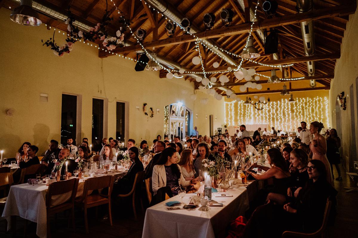 Deko Idee Lichterketten Hochzeit - Scheunenhochzeit in Brandenburg - freie Trauung Kulturscheune Thyrow von Hochzeitsfotograf Berlin © www.hochzeitslicht.de #hochzeitslicht