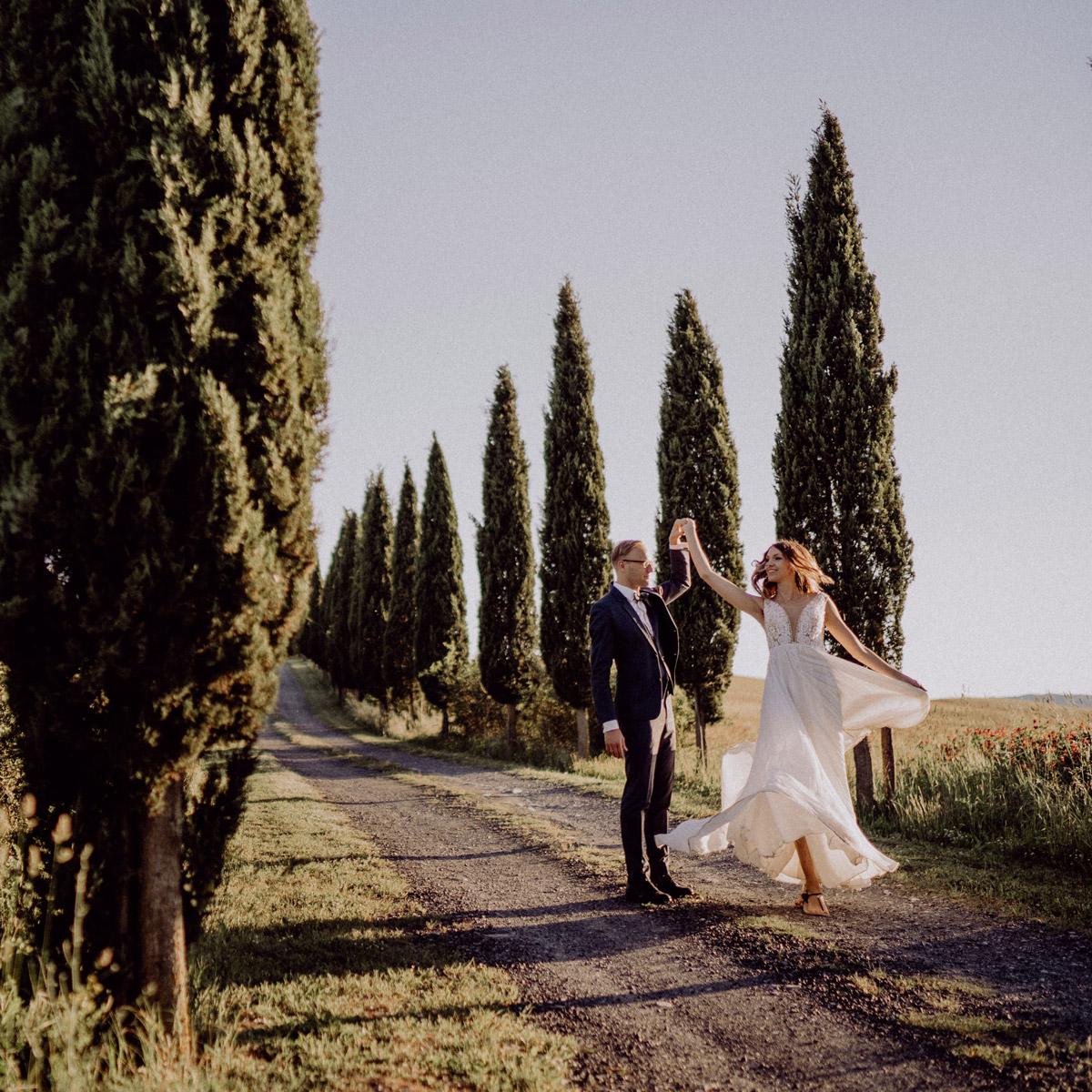 Italien Destination-Hochzeit mit Hochzeitplanerin aus Berlin #hochzeitslicht Toskana Hochzeitsfotos und Hochzeitsfilm © www.hochzeitslicht.de Brautpaarshooting Ideen tanzendes Hochzeitspaar auf Zypressen Weg #brautpaarshooting #hochzeit