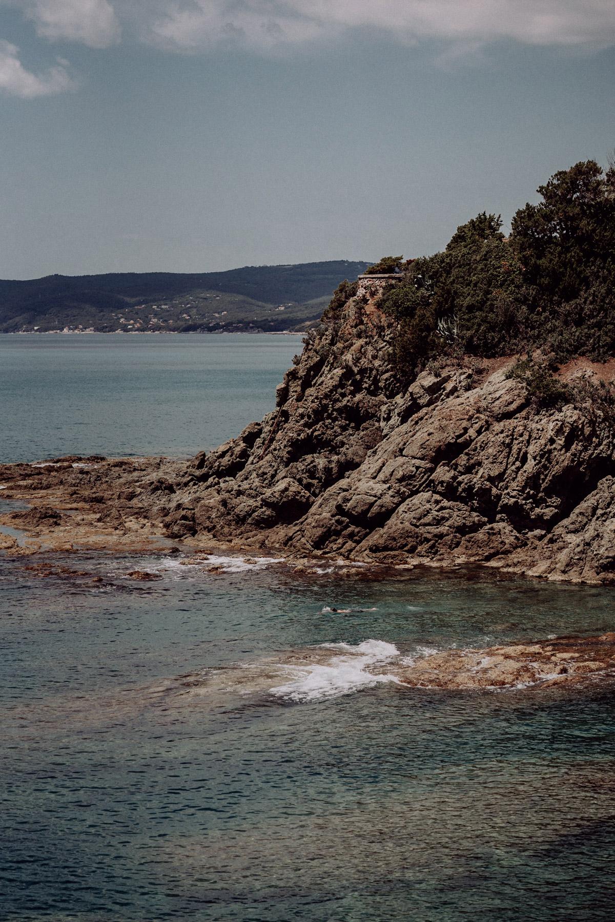 Strandhochzeit, maritime Hochzeitsfeier, Hochzeit am Meer, Toskana Hochzeitsfoto von Küste in Italien am Morgen des Hochzeitstages #hochzeitslicht © www.hochzeitslicht.de #strandhochzeit #italien #hochzeit #meer