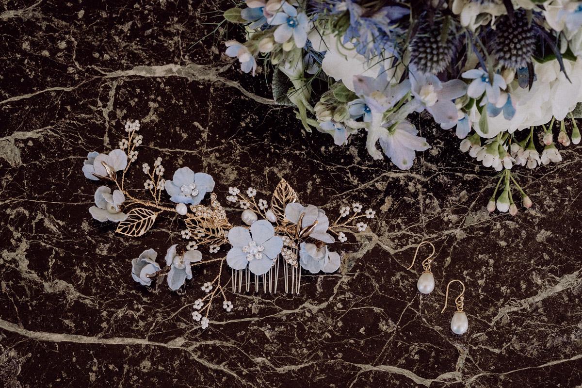 Accessoires Braut Blütenkamm hellblau weiß Hortensien- Italien Hochzeit mit Hochzeitplanerin aus Berlin #hochzeitslicht Toskana Hochzeitsfotos und Hochzeitsfilm © www.hochzeitslicht.de