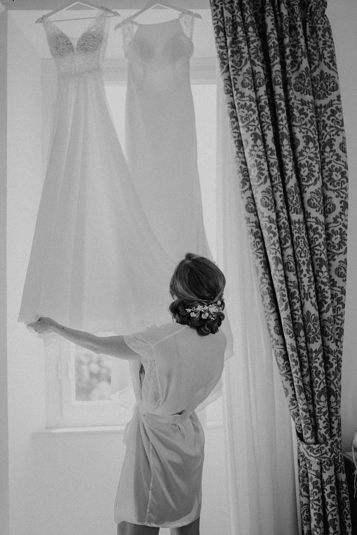 Braut Boudoir Fotoshooting von Braut sinnlich mit Hochsteckfrisur und Blütenkamm im Morgenmantel kurz vor Ankleiden vintage Hochzeitskleid und zweites Brautkleid für Hochzeitsfeier beauty real bride #hochzeitslicht © www.hochzeitslicht.de #brautfrisur