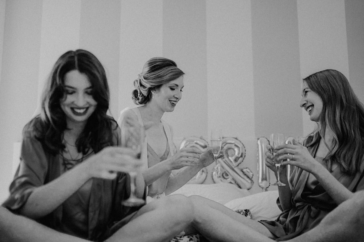 Idee Hochzeitsfoto Braut mit Bridesmaids - Italien Hochzeit mit Hochzeitplanerin aus Berlin #hochzeitslicht Toskana Hochzeitsfotos und Hochzeitsfilm © www.hochzeitslicht.de
