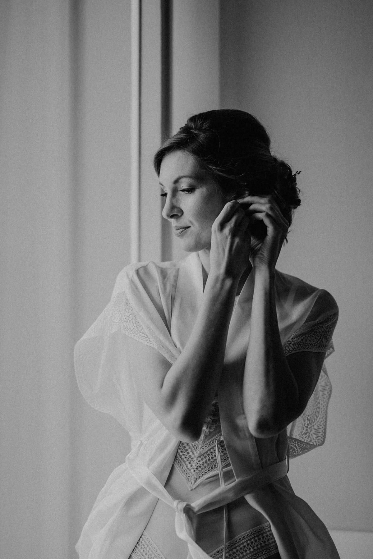 Braut Boudoir Fotoshooting beim Anlegen Ohrringe zur Hochzeit beauty real bride mit Hochzeitplanerin aus Berlin #hochzeitslicht Toskana Hochzeitsfotos und Hochzeitsfilm © www.hochzeitslicht.de #realbride #braut