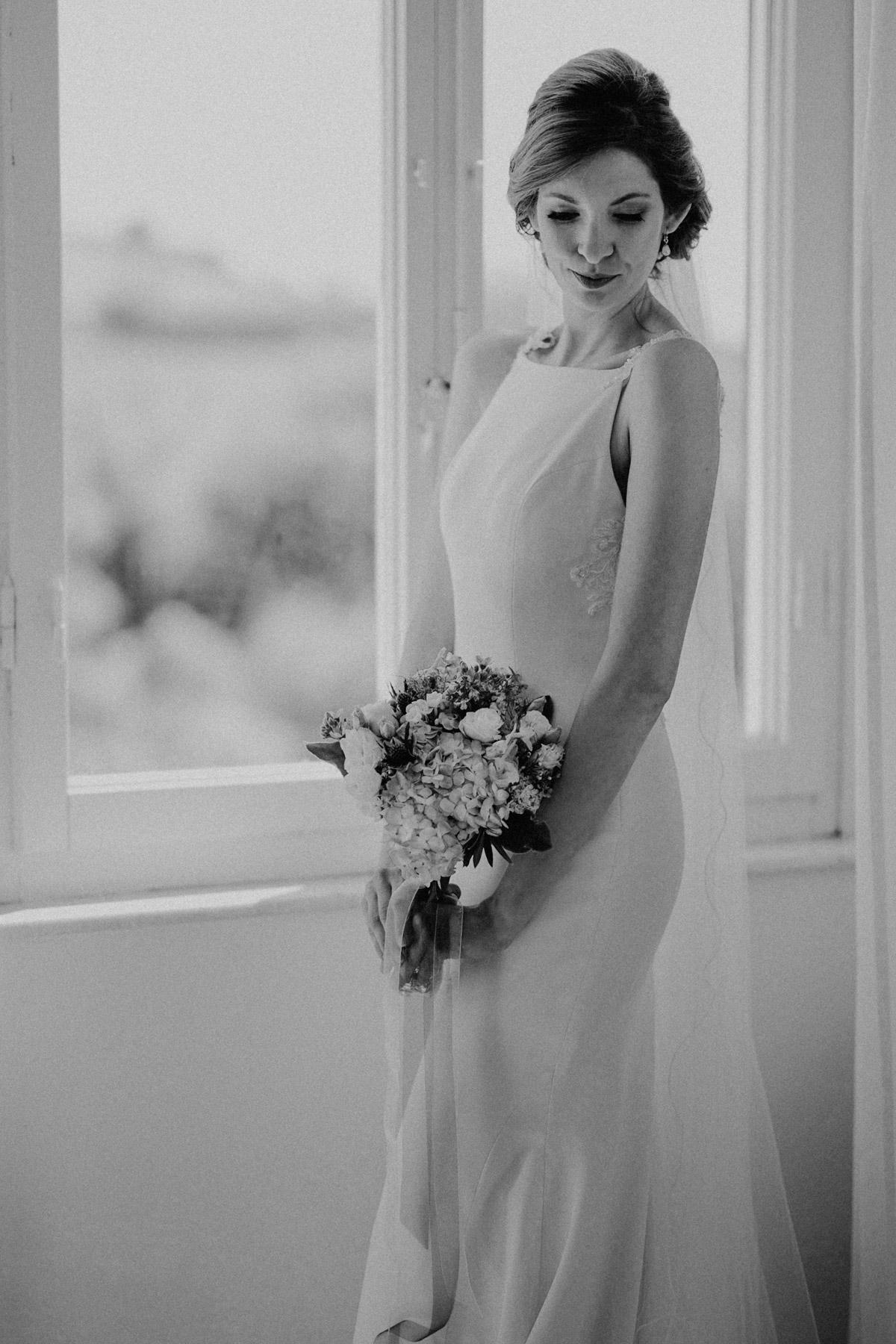Hochzeitsfoto Idee Braut mit natürlichem Posing bei maritimer Hochzeit mit Hochzeitplanerin aus Berlin #hochzeitslicht Toskana Hochzeitsfotos und Hochzeitsfilm © www.hochzeitslicht.de