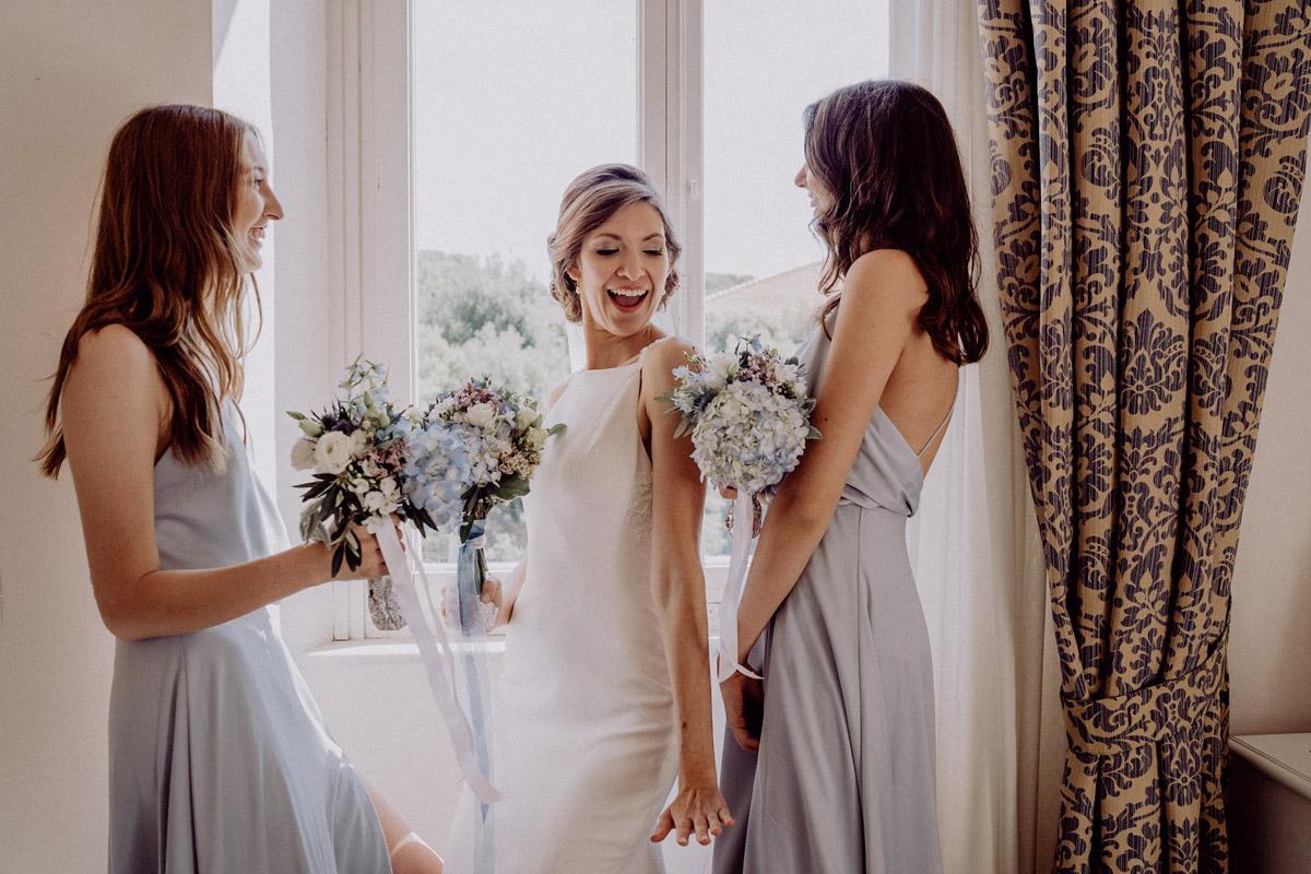 Hochzeitsfoto Braut mit Bridesmaids - Italien Hochzeit mit Hochzeitplanerin aus Berlin #hochzeitslicht Toskana Hochzeitsfotos und Hochzeitsfilm © www.hochzeitslicht.de