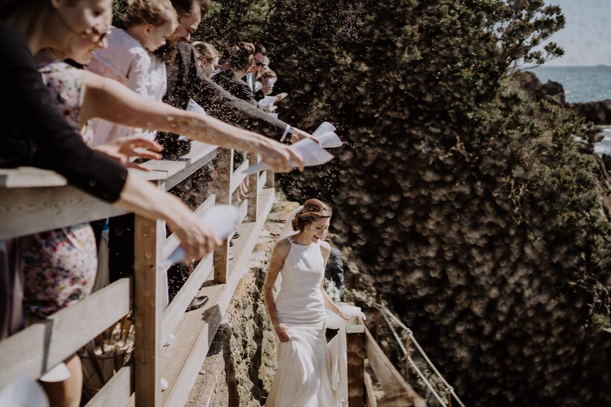 Auszug Brautpaar Blütenkonfetti - Italien Hochzeit mit Hochzeitplanerin aus Berlin #hochzeitslicht Toskana Hochzeitsfotos und Hochzeitsfilm © www.hochzeitslicht.de