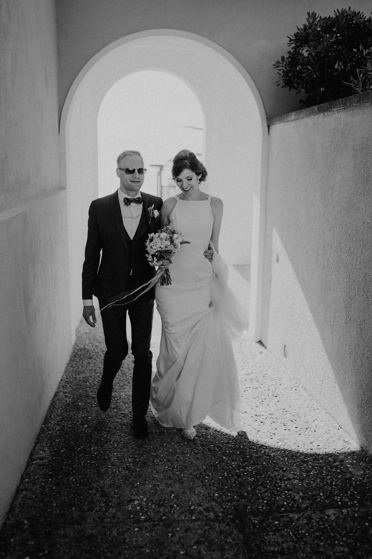 cooles Brautpaar mit Sonnenbrille Italien Hochzeit mit Hochzeitplanerin aus Berlin #hochzeitslicht Toskana Hochzeitsfotos und Hochzeitsfilm © www.hochzeitslicht.de