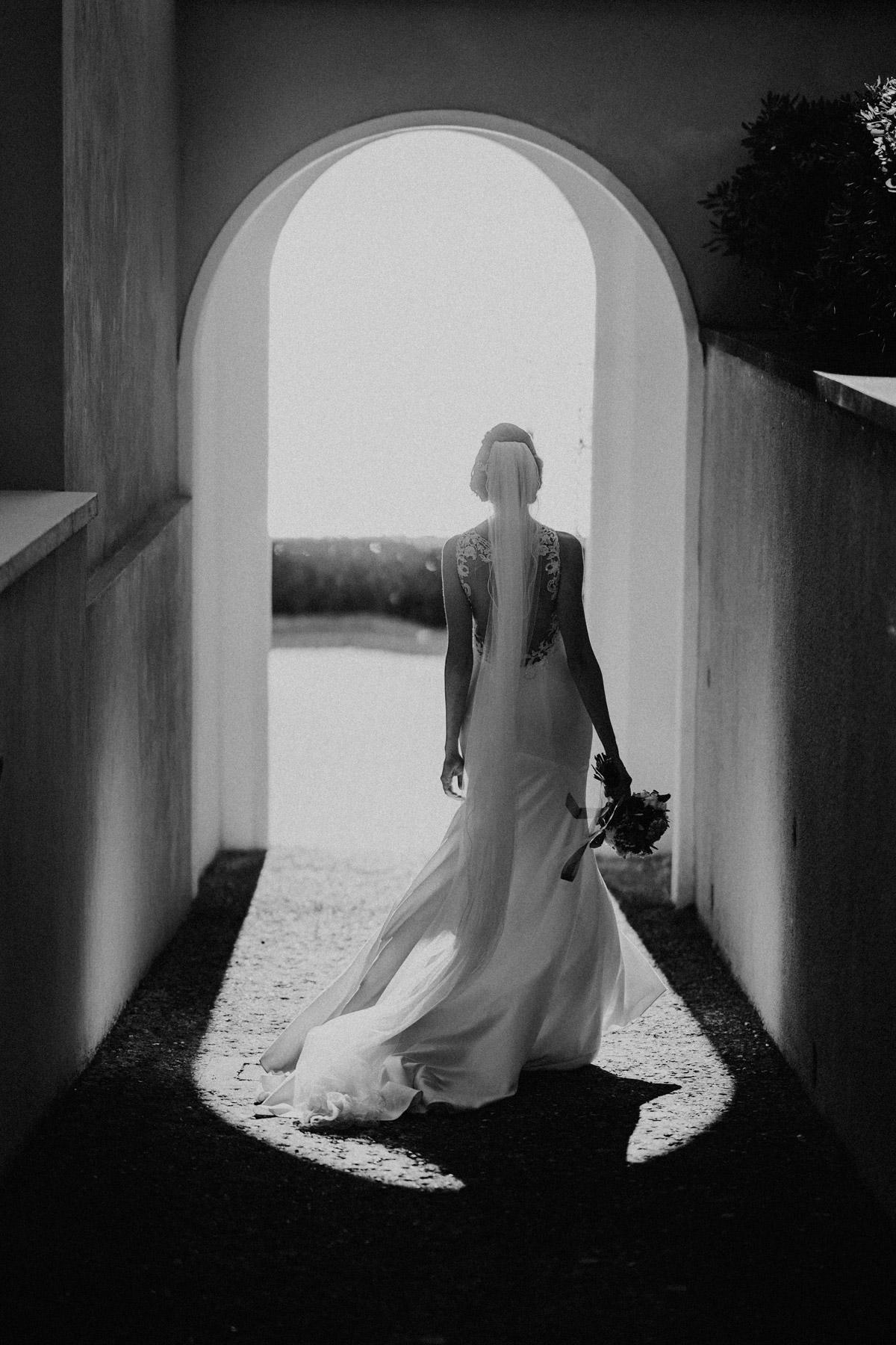 Hochzeitsfoto Idee Schwarz Weiß Braut von hinten in rückenfreiem Brautkleid mit langem Schleier auf Italien Hochzeit #hochzeitslicht Toskana Hochzeitsfotos und Hochzeitsfilm © www.hochzeitslicht.de #hochzeitsfoto #realbride