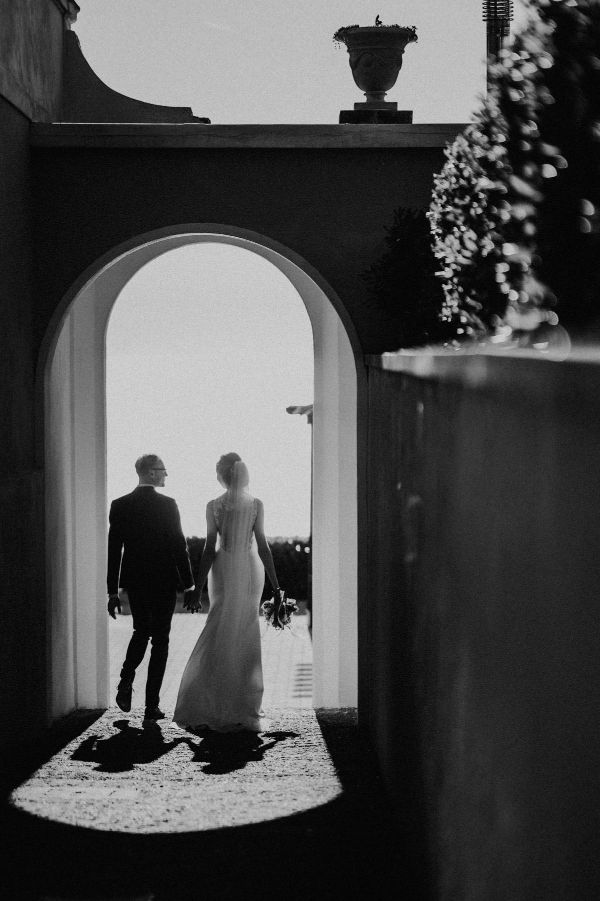 Hochzeitsfoto Idee ausgefallen Schwarz Weiß Brautpaar von hinten, noch mehr Hochzeitsbilder Ideen vom Brautpaarshooting der Strandhochzeit in Toskana von #hochzeitslicht Hochzeitsfotos und Hochzeitsfilm © www.hochzeitslicht.de mediterran heiraten #hochzeitsfoto #brautpaar #standesamt