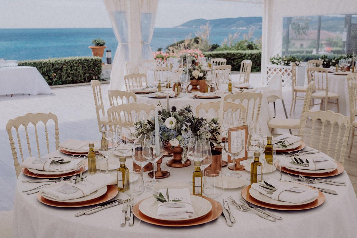 Idee Tischdeko mediterrane Hochzeit am Strand - Italien Hochzeit mit Hochzeitplanerin aus Berlin #hochzeitslicht Toskana Hochzeitsfotos und Hochzeitsfilm © www.hochzeitslicht.de