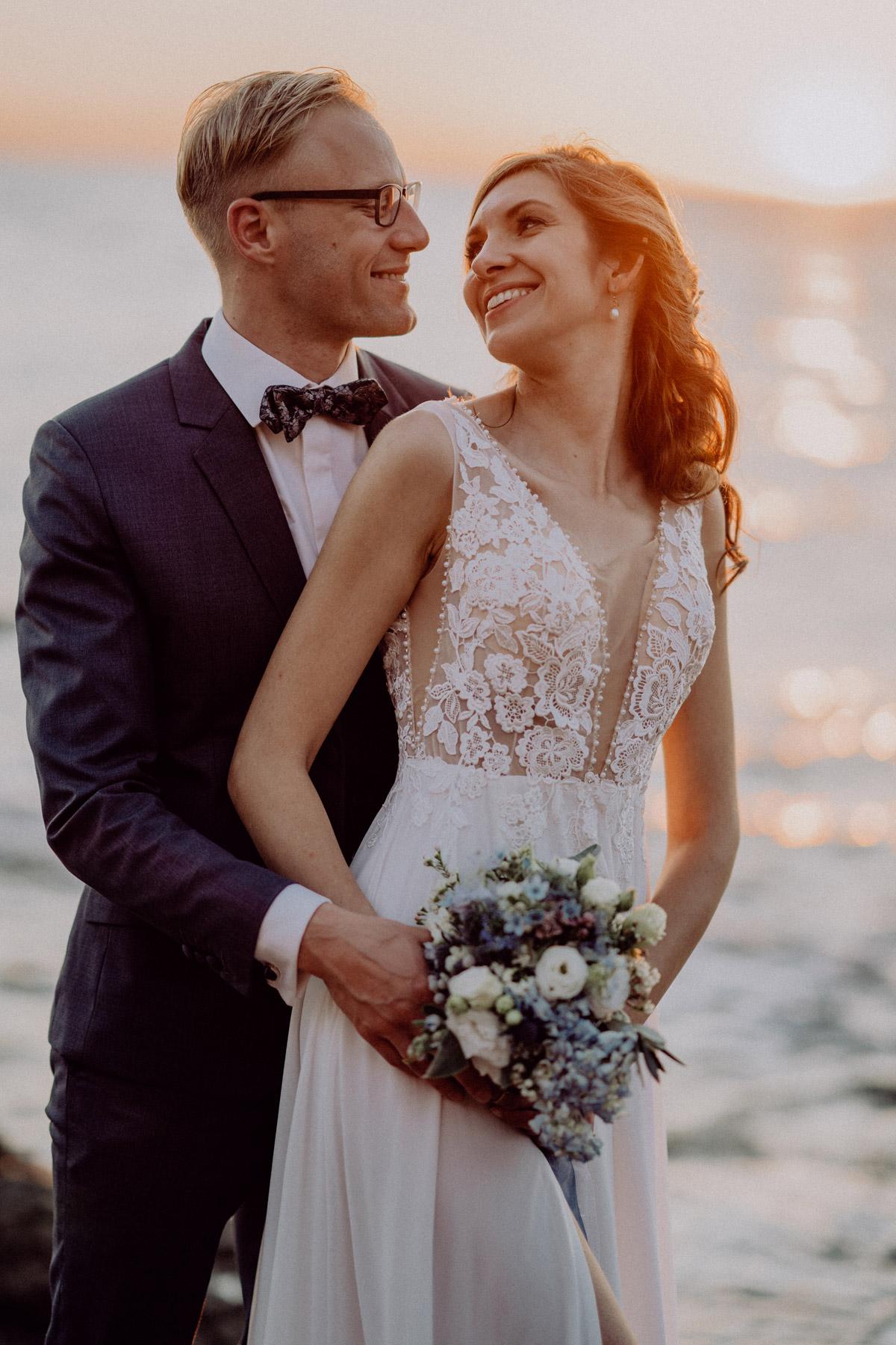 brautpaar fotos am strand mit meer, glückliches ehepaar im