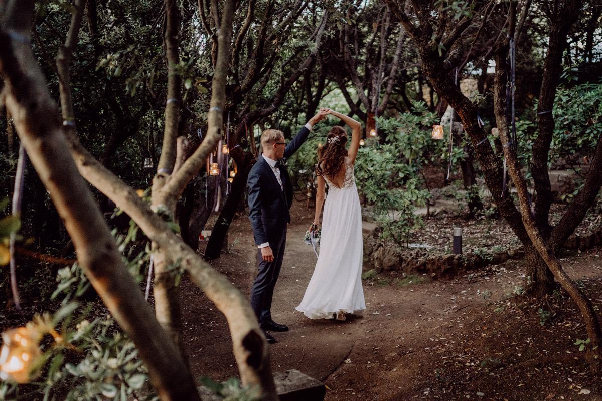 Idee Pose Brautpaarfotos natürlich Tanzen - Italien Hochzeit mit Hochzeitplanerin aus Berlin #hochzeitslicht Toskana Hochzeitsfotos und Hochzeitsfilm © www.hochzeitslicht.de