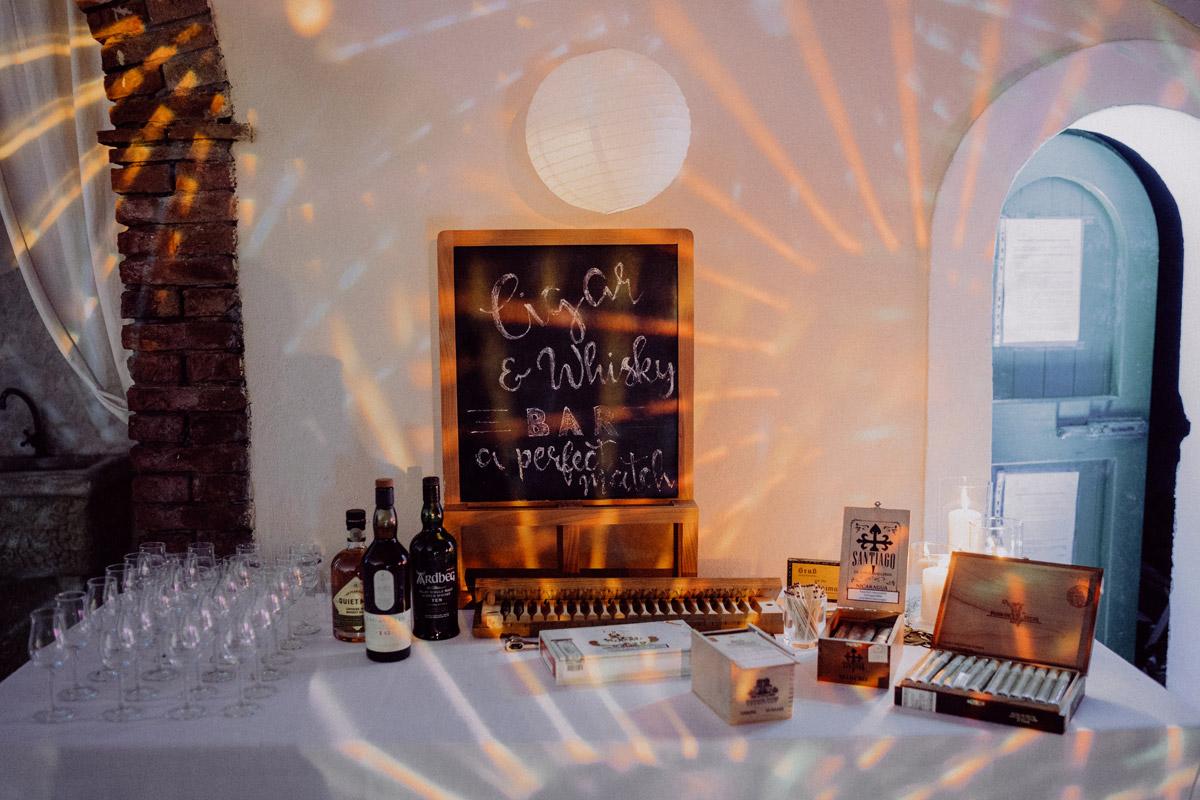 Idee Bar Hochzeit Zigarren und Whisky - Italien Hochzeit mit Hochzeitplanerin aus Berlin Gästefotos #hochzeitslicht Toskana Hochzeitsfotos und Hochzeitsfilm © www.hochzeitslicht.de