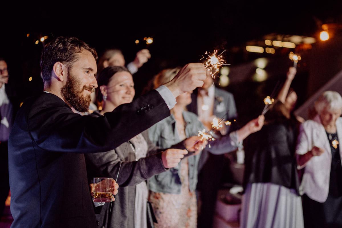 Idee Gruppenfoto Hochzeit Wunderkerzen - Italien Hochzeit mit Hochzeitplanerin aus Berlin #hochzeitslicht Toskana Hochzeitsfotos und Hochzeitsfilm © www.hochzeitslicht.de