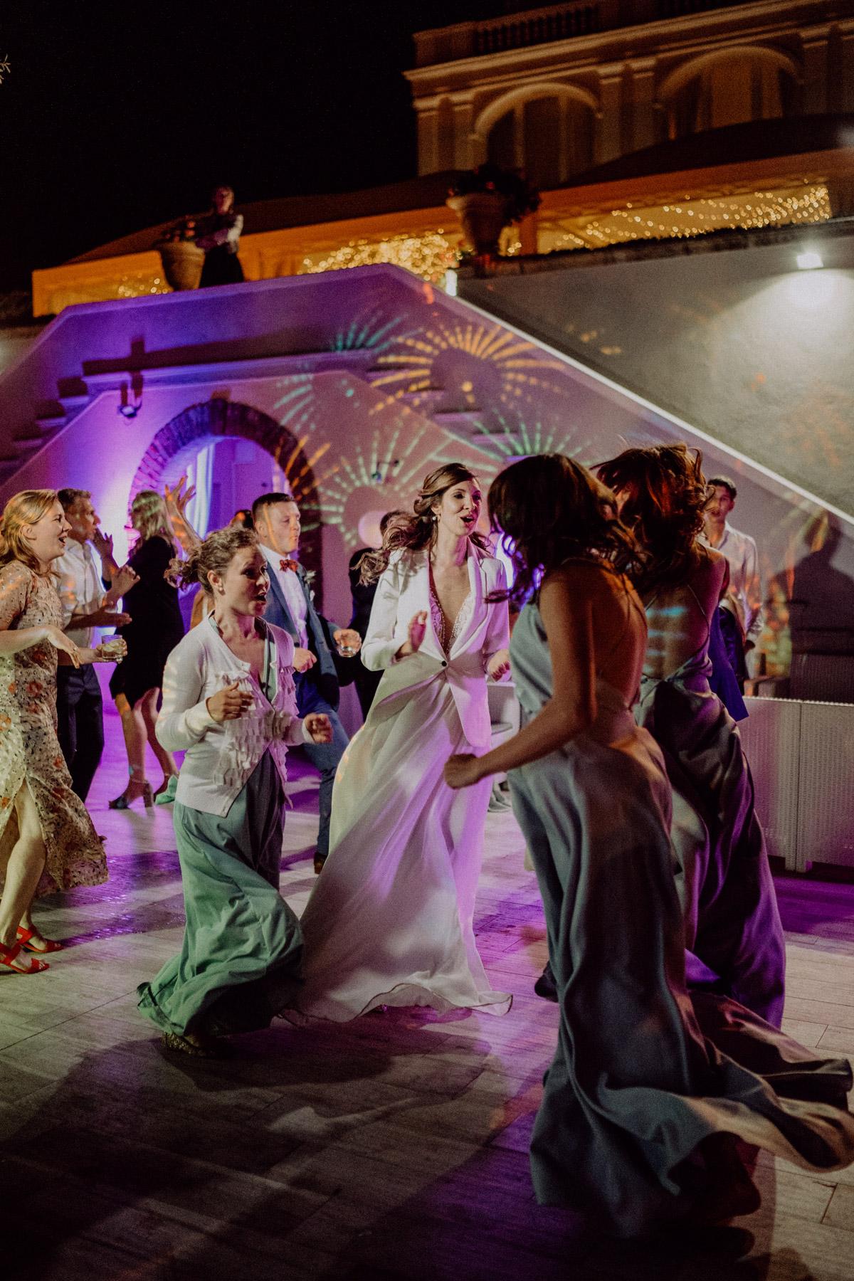 Dekoration Tanzfläche mit Lichteffekten, Braut tanzt mit Brautjungfern auf Italien Hochzeit in Toskana von #hochzeitslicht Hochzeitsfotograf und Hochzeitsvideograf aus Berlin © www.hochzeitslicht.de