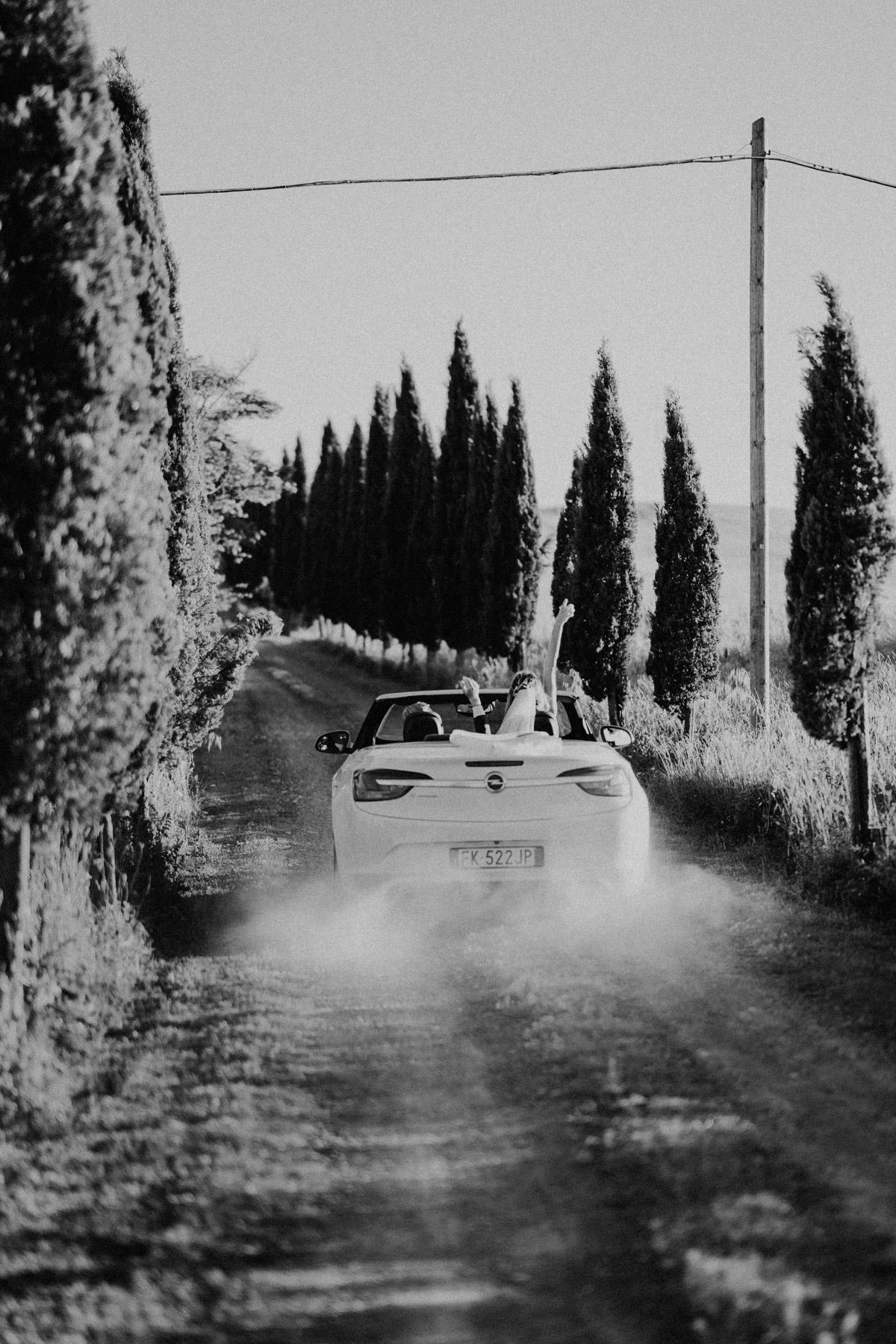 Hochzeitsauto Hochzeitsfoto Idee Brautpaarshooting mit Cabrio Auto auf Italien Hochzeit in Toskana von #hochzeitslicht Hochzeitsfotograf und Hochzeitsvideograf aus Berlin © www.hochzeitslicht.de
