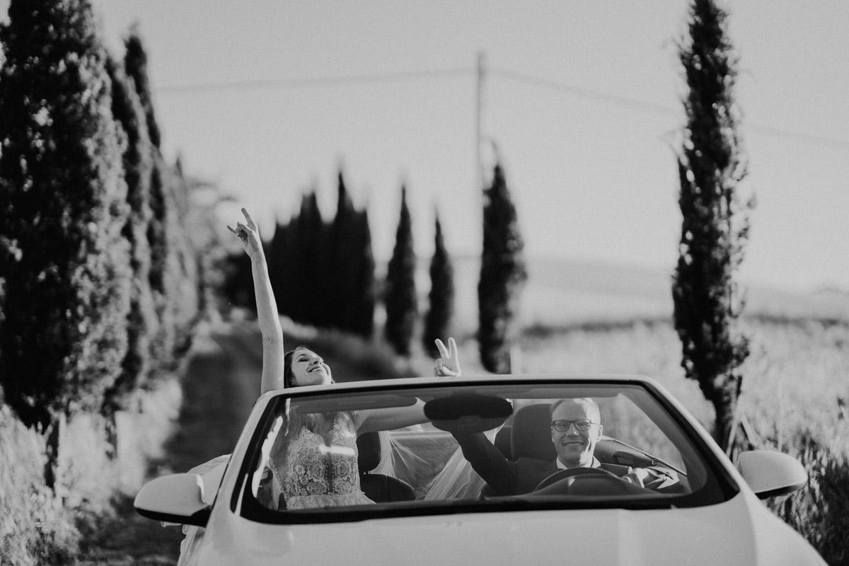 Idee Hochzeitsfoto Brautpaar Hochzeitsauto Cabrio - Italien Hochzeit mit Hochzeitplanerin aus Berlin #hochzeitslicht Toskana Hochzeitsfotos und Hochzeitsfilm © www.hochzeitslicht.de