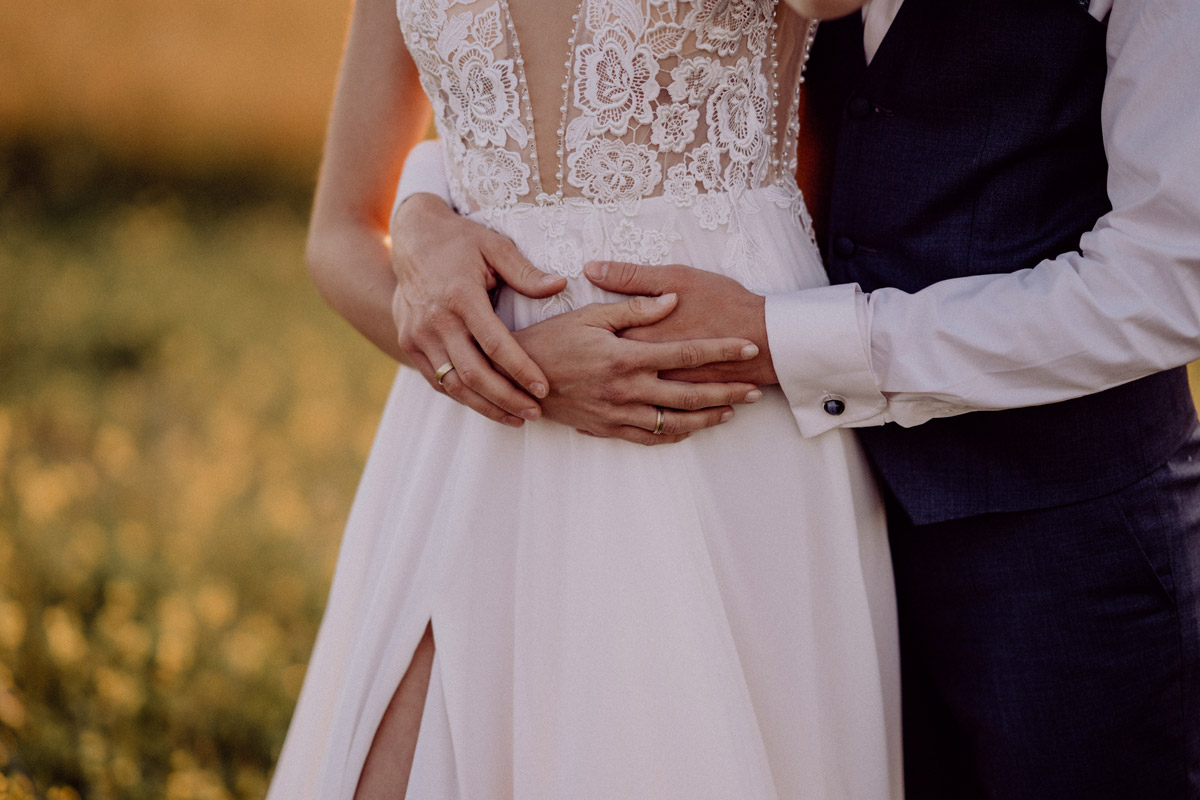 Idee Posieren Hochzeitsfoto Brautpaar - Italien Hochzeit mit Hochzeitplanerin aus Berlin #hochzeitslicht Toskana Hochzeitsfotos und Hochzeitsfilm © www.hochzeitslicht.de