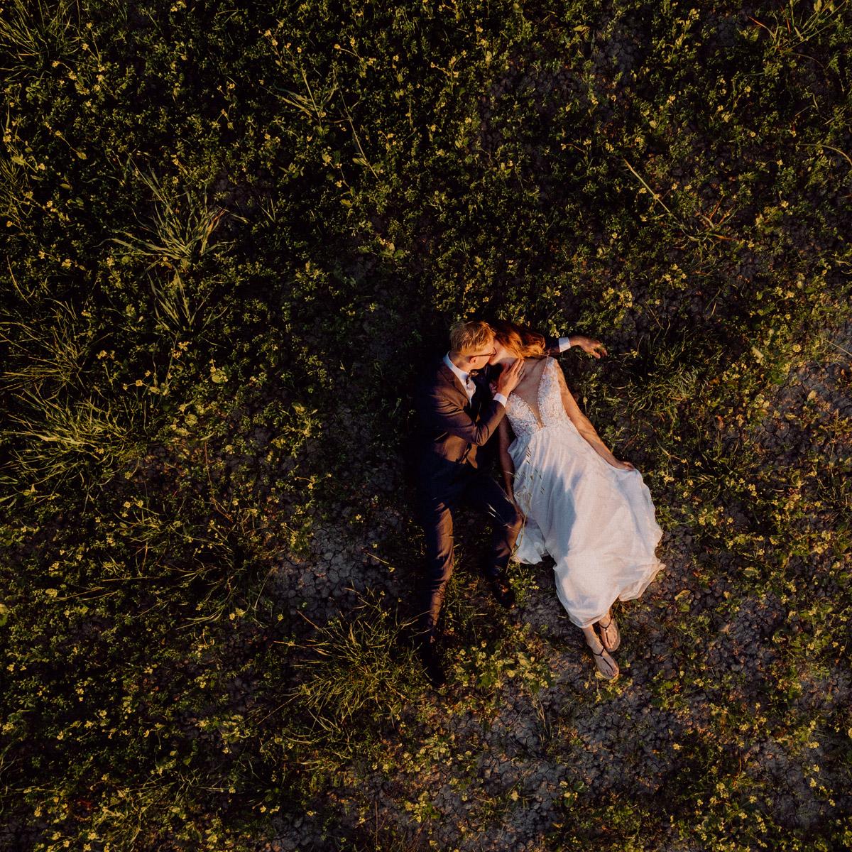 Brautpaar Fotos Natur, Drohne Hochzeitsfoto Idee, Hochzeitspaar von oben liegend, mediterran heiraten, Hochzeit mit Hochzeitplanerin aus Berlin, Toskana Hochzeitsfotos und Hochzeitsfilm #hochzeitslicht Destination-Hochzeitsfotograf © www.hochzeitslicht.de #brautpaar #hochzeitsfotos #drohne