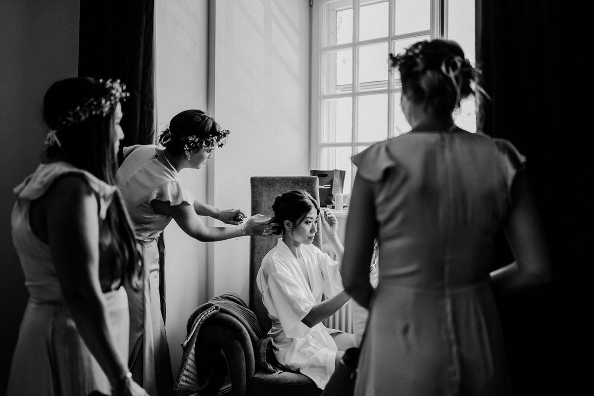 Hochzeitsdeko vintage mit koreanischer freier Trauung auf Schloss Kartzow von vintage Hochzeitsfotografin aus Berlin #hochzeitslicht © www.hochzeitslicht.de Getting Ready Braut