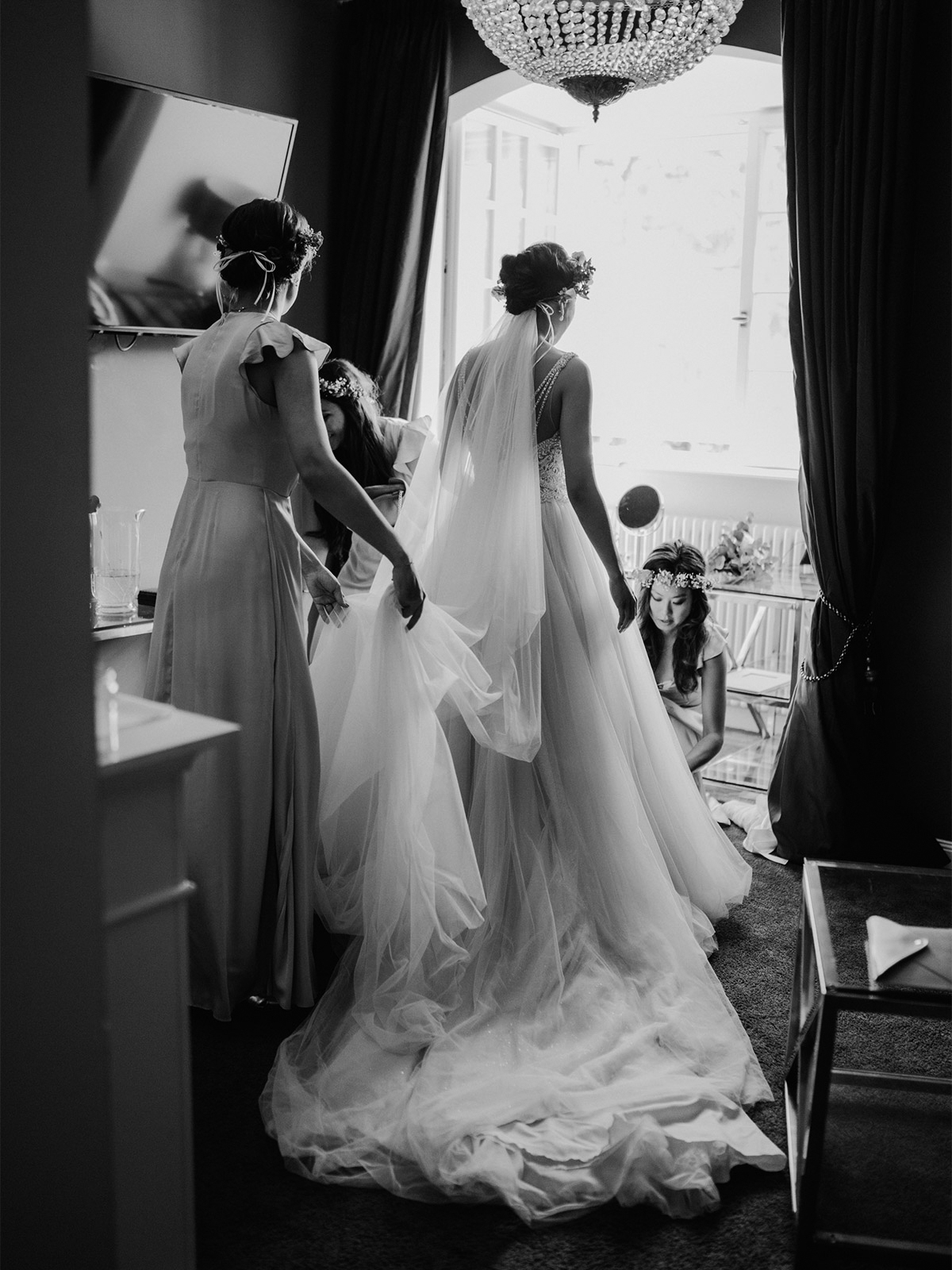 Hochzeitsmoment Braut mit Brautjungfern #Bridemaids #weddingmoment beim Ankleiden #GettingReady auf Hochzeit im Schloss Kartzow von vintage Hochzeitsfotografin aus Berlin #hochzeitslicht © www.hochzeitslicht.de
